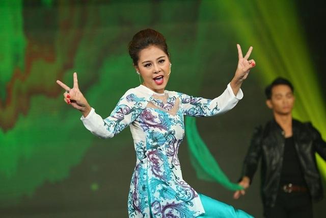 """Năm 2015, khi tham gia gameshow """"Cười xuyên Việt"""", tiểu phẩm """"Đòi nợ"""" của cô tạo được hiệu ứng mạnh mẽ. Trên kênh riêng của chương trình, tiết mục phản ánh nạn bán hàng đa cấp kết hợp trò quay lô tô nhận được gần hai triệu lượt người xem và gần một triệu lượt bình luận."""