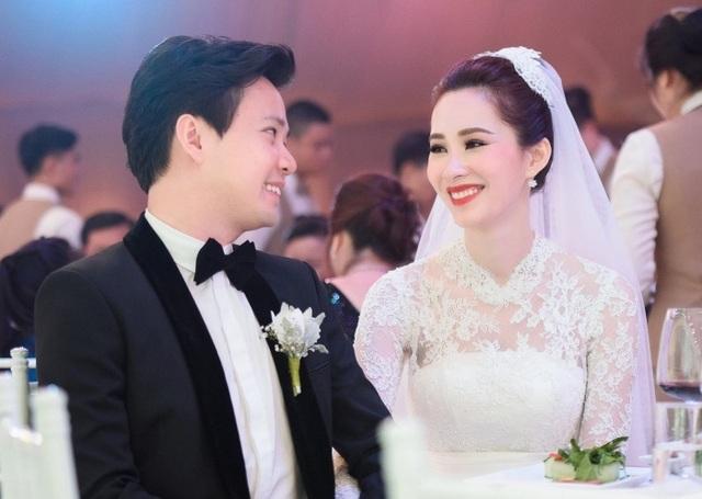 Ngày 6/10, đám cưới cổ tích của Hoa hậu Đặng Thu Thảo và thiếu gia Trung Tín diễn ra tại một trung tâm hội nghị tiệc cưới 5 sao ở TPHCM. Vốn đều là người kín tiếng, hôn lễ của người đẹp sinh năm 1991 hạn chế truyền thông và thắt chặt an ninh. Qua những hình ảnh được hé lộ, bữa tiệc diễn ra trong không gian sang trọng và lãng mạn với dàn khách mời khủng.
