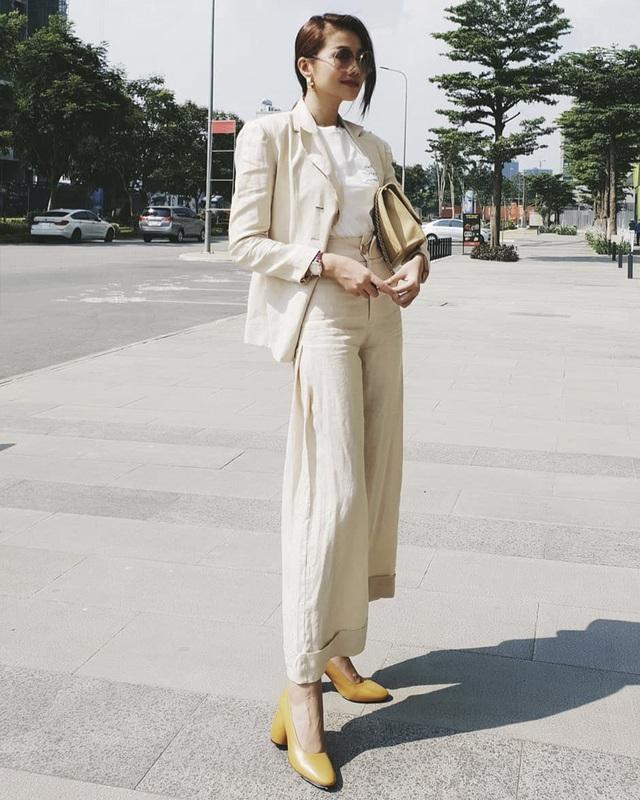 Nhắc đến menswear thì phải nhắc đến Thanh Hằng. Chân dài kì cựu chọn cho mình cây màu be với chất liệu cotton thoáng mát, kết hợp cùng túi xách hàng hiệu và giày đế thô cùng tông, vừa đơn giản vừa thanh lịch.