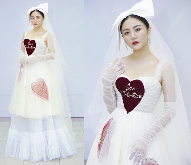Sau khi chia tay bạn trai, Văn Mai Hương ít xuất hiện trên thảm đỏ. Tuy nhiên, tuần qua cô nàng có sự trở lại không mấy suôn sẻ khi cố hóa thân thành cô dâu nhưng… bị lỗi nặng. Diêm dúa, rườm rà, khó hiểu là những tính từ rất phù hợp với bộ cánh này.