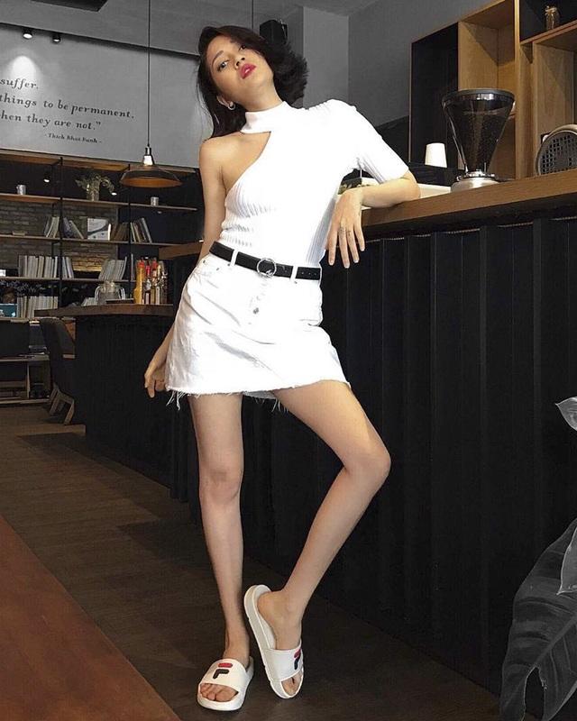 """Sau Soobin Hoàng Sơn, Bảo Anh là ca sĩ tiếp theo bị phụ kiện """"làm hại"""". Giá mà cô nàng chỉ chụp từ gối lên, hoặc thay đôi dép to đùng lạc quẻ kia bằng sneaker hay cao gót thì mọi chuyện đã khác."""