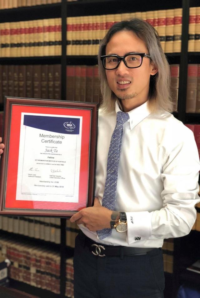 Năm 2017, anh trở thành người Việt Nam đầu tiên được ghi nhận và phong chức Fellow cao quý từ Viện Di Trú Úc cho những đóng góp của anh.