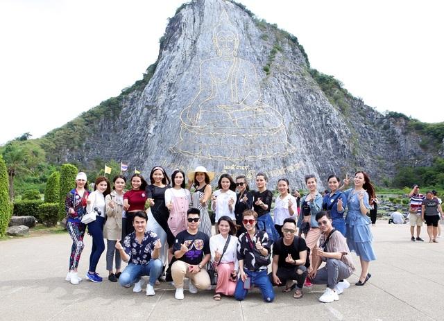 Các thí sinh và ê-kíp cùng chụp hình kỉ niệm ở ngọn núi dát vàng Trân Phật Bảo Sơn