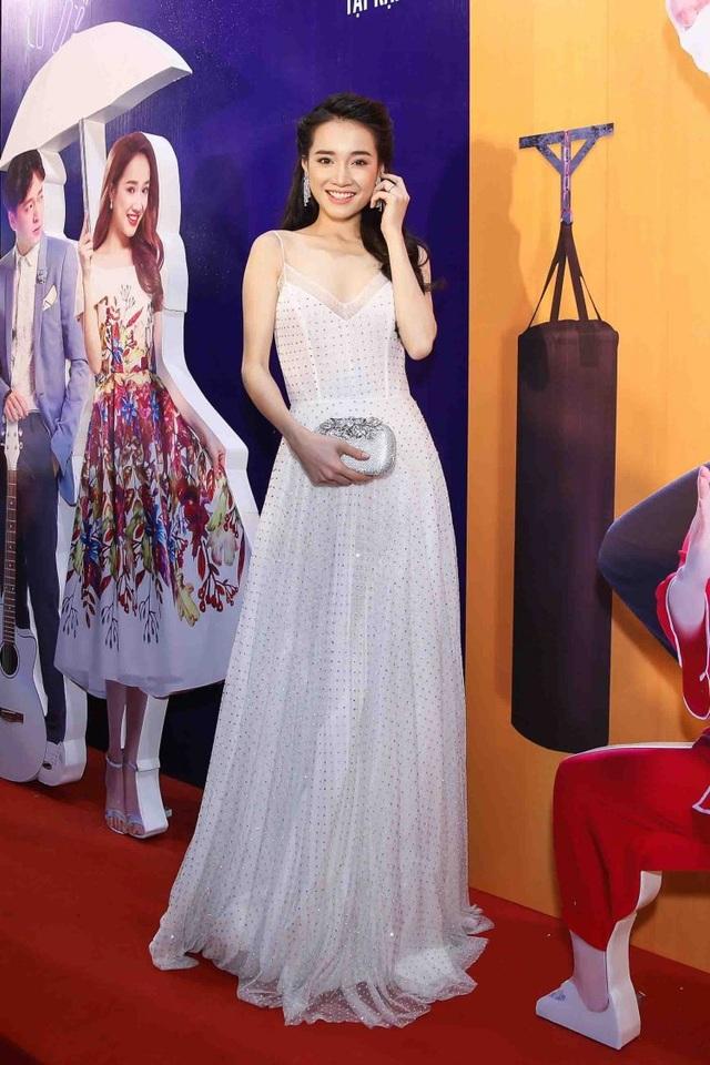 Nhã Phương xuất hiện trong 1 buổi ra mắt phim sau khi về Quảng Nam đính hôn với Trường Giang. Nữ diễn viên chọn đầm 2 dây đơn giản khoe thân hình có chút gầy gò, đập tan tin đồn bầu bí.