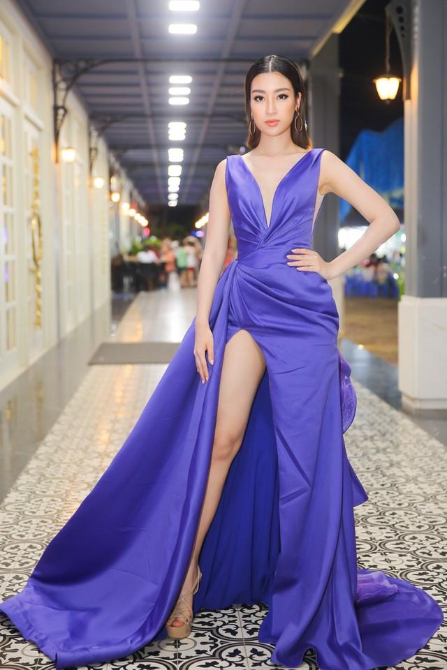 Đỗ Mỹ Linh tuần này cũng không khá hơn đàn chị là bao. Hoa hậu Việt Nam 2016 diện chiếc đầm xẻ đùi nhăn nhúm với phần tà xòe rộng trông rất nặng nề. Không chỉ vậy, cách trang điểm và phụ kiện cũng không đủ giúp người đẹp nổi bật trong một sự kiện tối.