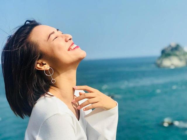 Hoàng Oanh hiện đang rất hạnh phúc. Trang cá nhân của cô tràn ngập tiếng cười, như chưa hề có dấu hiệu của một trái tim tan vỡ.