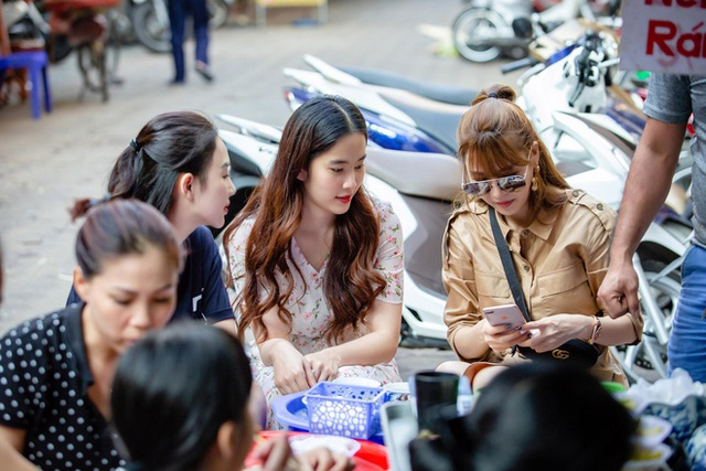 Trên trang cá nhân, Quế Vân tiết lộ cô và Nam Em đã tranh thủ gặp nhau tại Hà Nội. Người đẹp dành hẳn 1 ngày để đưa Nam Em đi chơi, đi ăn.