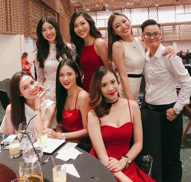 Thuý Vân cũng đến chúc mừng đám cưới của Thanh Nhàn. Tuy nhiên, cô dính như sam với Hoa khôi Diệu Ngọc và không hề có tấm ảnh nào chụp chung với tình cũ.