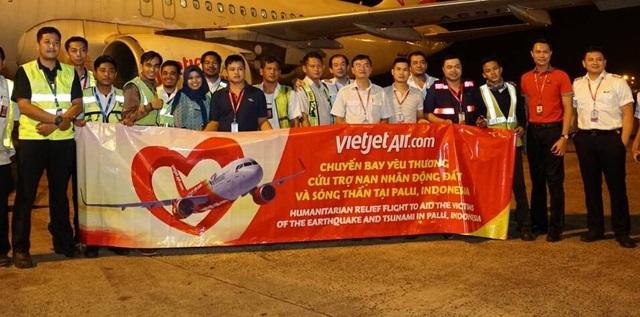 Rạng sáng 4/10, tại sân bay Jakarta, các hoạt động cứu trợ đã diễn ra hết sức khẩn trương.