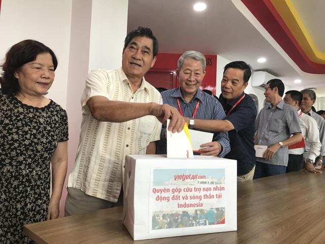Ông Hanif Salim - Tổng lãnh sự Indonesia và Phó Tổng giám đốc Nguyễn Thanh Sơn cũng tham gia hoạt động quyên góp tại văn phòng Vietjet.