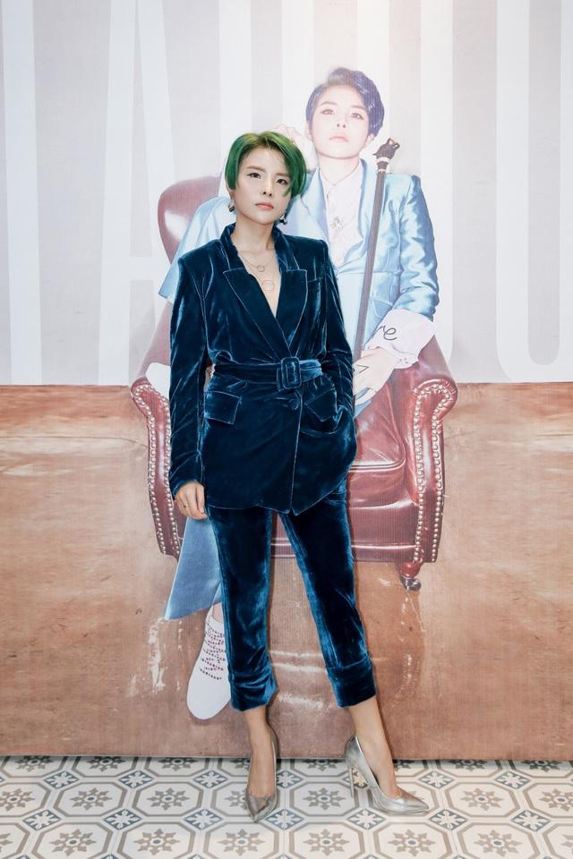 """Vũ Cát Tường là cái tên """"nóng"""" nhất tuần qua bởi không chỉ ra mắt MV mới, nữ ca sĩ còn thay đổi hình tượng chóng mặt khi diện suit nhung, đi giày cao gót và đặc biệt là nhuộm tóc màu xanh hết sức cá tính."""