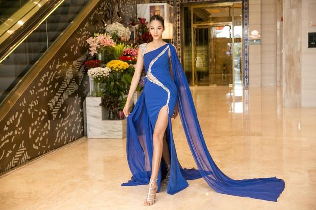 """Sau chuyến công tác dài ngày tại Paris, vừa về đến Hồ Chí Minh Hoàng Thùy đã khiến khán giả """"mãn nhãn"""" với chiếc đầm voan xanh được cut out tinh tế, khoe trọn hình thể nuột nà của người đẹp."""