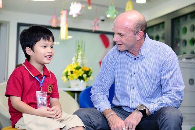 Trước đây, ở Việt Nam, có một nghịch lý là dù được tiếp xúc và học tiếng Anh từ nhỏ, tuy nhiên, để sử dụng ngôn ngữ như đúng với khái niệm của nó, đó là giao tiếp, ở một bộ phận người Việt lại gặp phải sự hạn chế nhất định.