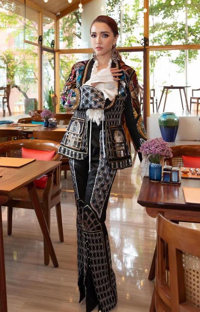 Bích Phương diện một thiết kế menswear nhiều chi tiết, cổ điển nhưng không kém phần thời trang. Dù bộ cánh khá to và kín đáo nhưng có thể thấy gương mặt cũng như bàn tay của nữ ca sĩ đang gầy đi đến mức báo động.