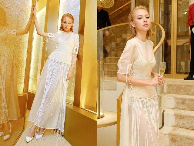 Không hẹn mà gặp, Phí Phương Anh tuần qua cũng diện cây trắng để tham dự tiệc tối của một thương hiệu nổi tiếng tại Singapore. Chân dài chọn đầm voan mỏng manh, kết hợp cùng phần áo đan dây lạ mắt ở bên ngoài.