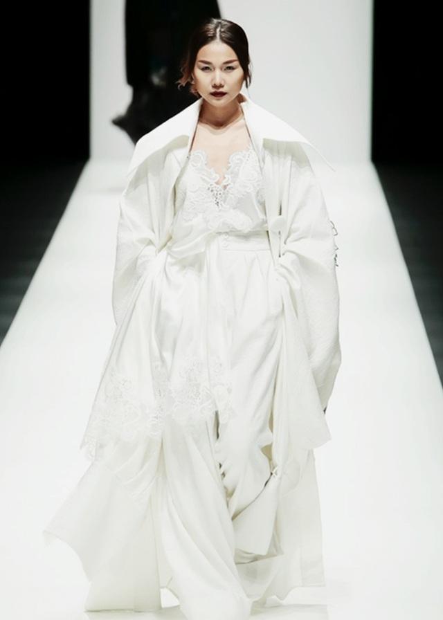 Thanh Hằng là gương mặt người mẫu duy nhất từ Việt Nam xuất hiện trong BST của NTK Công Trí tại Tokyo Fashion Week. Đẳng cấp của một siêu mẫu hàng đầu Việt Nam thể hiện rõ trong thần thái ánh nhìn và sải bước đầy tự tin.