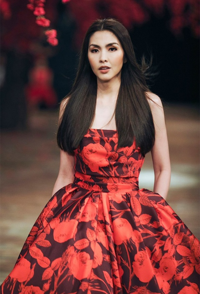 Sự xuất hiện trong show diễn kỉ niệm 10 năm của nhà thiết kế Đỗ Mạnh Cường, Tăng Thanh Hà đã làm người hâm mộ đứng ngồi không yên. Bởi lẽ, đây là lần xuất hiện đầu tiên của cô với vai trò là vedette trên sàn diễn, kể từ lúc cô rời xa showbiz và tập trung kinh doanh.