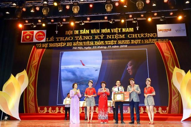 """Anh Dương Hoài Nam, đại diện Vietjet trao giải thưởng """"Sky Prize – 1 năm bay nội địa Vietjet"""" cho tác giả Phạm Vũ Dũng với tác phẩm: """"Ngắm nhìn Việt Nam""""."""