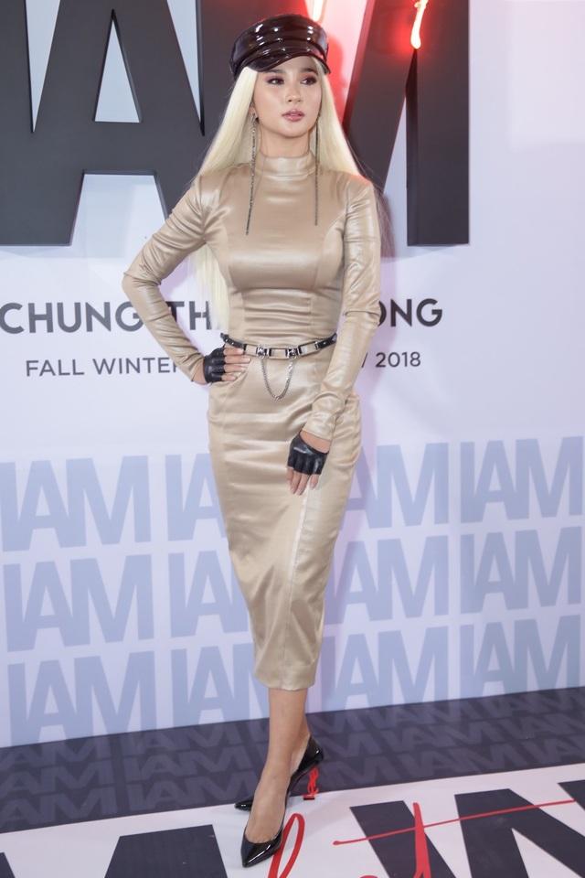 Kim Tuyến rất chịu khó thay đổi hình ảnh, tuy nhiên, nữ diễn viên luôn mắc lỗi kết hợp phụ kiện. Tuần qua, người đẹp diện đầm bodycon với mái tóc bạch kim nổi bật, tuy nhiên, đôi giày gót đỏ lại không hề liên quan với tổng thể, cả về màu sắc lẫn kiểu dáng.