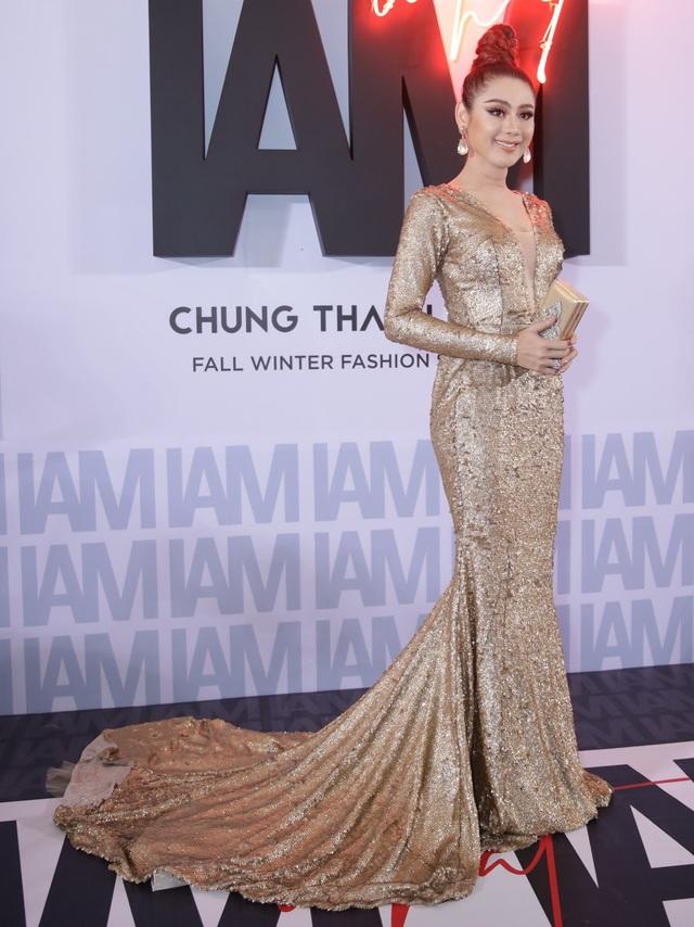 Lâm Khánh Chi khiến khán giả bất ngờ vì bộ đầm nền nã, hợp mốt. So với những bộ cánh được nhận xét là hở hang, sến, lỗi thời… trước đây, có thể thấy thiết kế này là một bước tiến vượt bậc của người đẹp.