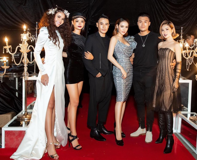 Team Minh Hằng tại The Face 2018 vô cùng nổi bật trên thảm đỏ. Nữ ca sĩ là tâm điểm ánh nhìn với đầm ánh bạc cổ đổ, trong khi đó, dàn thí sinh lại chọn trắng – đen làm tông màu chủ đạo.