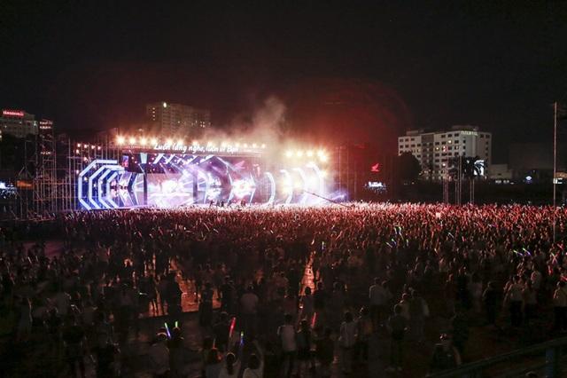 Đêm diễn có sân khấu ngoài trời hơn 2000 m2. Từ chiều hàng nghìn khán giả đã kéo đến lấp kín sân vận động.