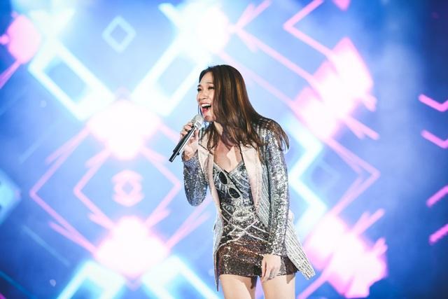 Mỹ Tâm trình diễn 2 ca khúc với giai điệu sôi động.