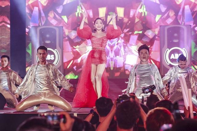 Tóc Tiên chịu trách nhiệm mở màn đêm diễn. Người đẹp xuất hiện với trang phục ấn tượng.