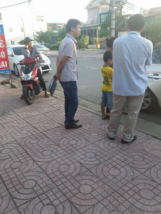 Đội thuế của phường dàn hàng chặn khách vào quán ăn - 1