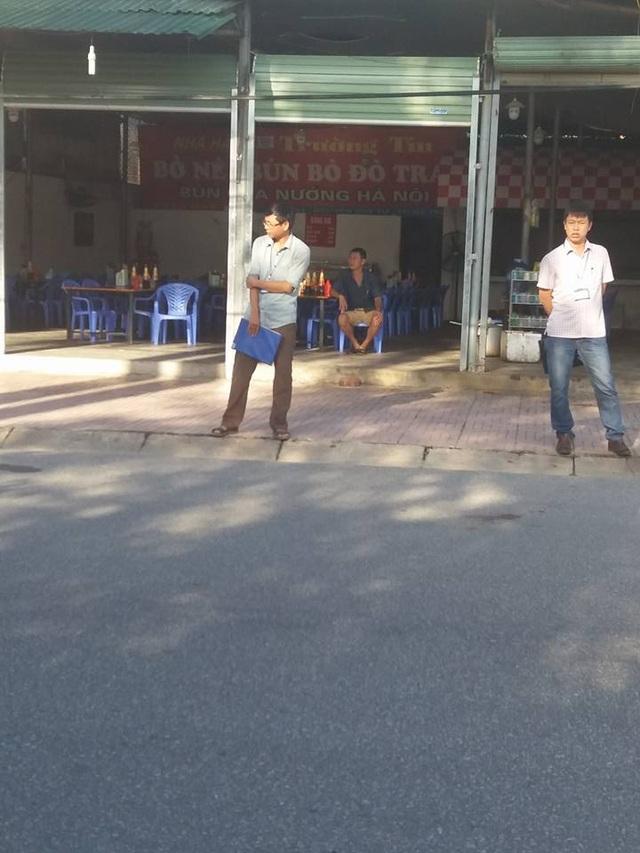 Cán bộ đội thuế liên phường xã phường Bắc Hà đứng chặn trước quán Trường Tín