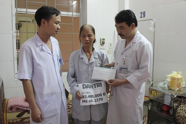 Trao số tiền 35.480.000 của độc giả báo Dân trí ủng hộ đến bà Trần Thị Thanh