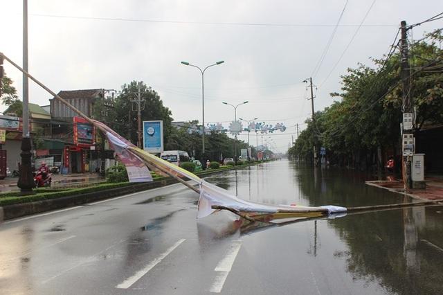 Tuy nhiên, 1 đoạn đường gần 1km vẫn không thể lưu thông. Để đảm bảo an toàn người dân đã sử dụng rào chắn để cảnh báo