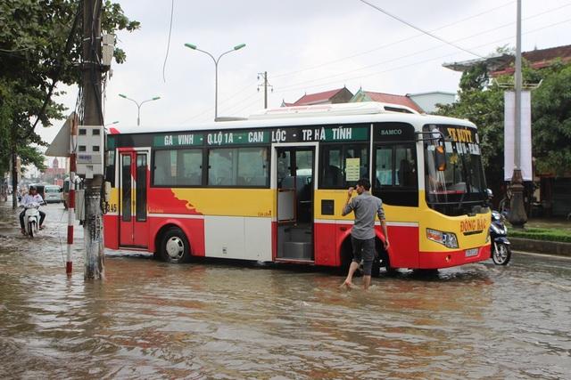 Quốc lộ ngập úng, dân phá dải phân cách khơi thông - 6