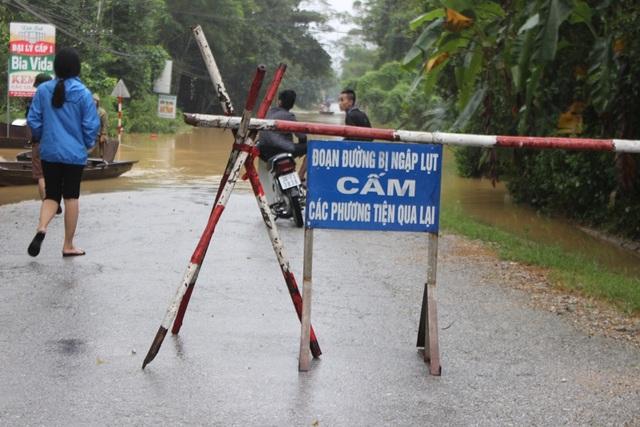 Nhiều tuyến đường ngập sâu, chính quyền địa phương phải lập rào chắn cảnh báo