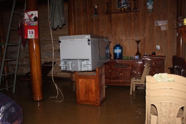 Chiếc tủ lạnh ngâm trong nước lũ trước chưa kịp sửa