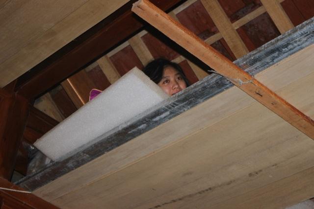 Nhiều hộ gia đình lại tiếp tục sống trên gác xép chờ nước lũ rút