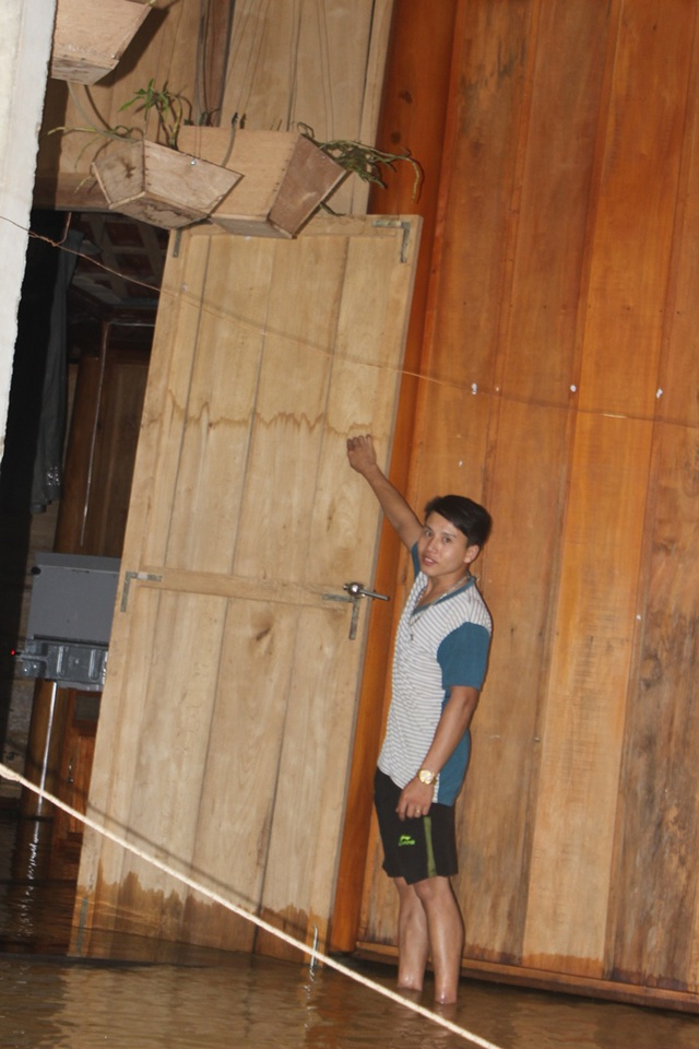 Vệt nước lụt cũ còn chưa kịp mờ trên cửa nhà anh Trần Văn Đồng.