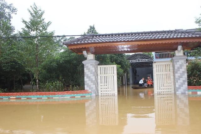Nước ngập cao, người dân phải chèo thuyền vào tận nhà