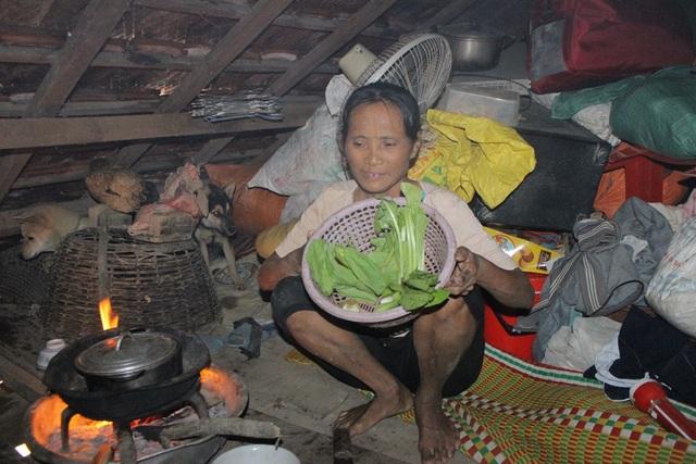 Những ngày qua bà Khang phải sống trên chạn nhờ vào mì tôm và cơm tiếp tế của chính quyền xã