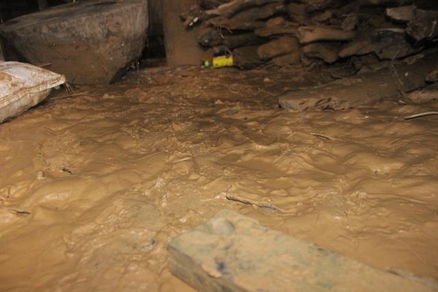 Những lớp bùn nhầy nhụa sau khi nước rút