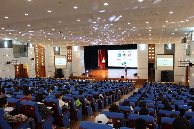 """Hàng nghìn sinh viên hào hứng tham gia lễ phát động cuộc thi """"Sinh viên lái xe ô tô an toàn năm 2018"""" ở trường ĐH Kinh tế Quốc dân ngày 23/3 vừa qua."""