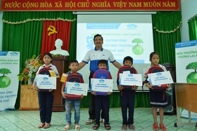 Ông Võ Minh Nhựt trao quà cho học sinh