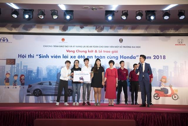 Trường ĐH Ngoại Ngữ thuộc ĐHQGHN đạt giải nhì với phần thưởng là 4 xe máy Honda Wave RSX 110cc dành cho 4 thành viên của đội.