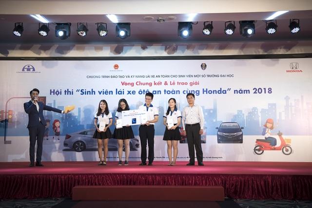 Trường Đại học Kinh tế Quốc dân đạt giải ba với phần thưởng là 4 máy tính bảng Samsung Tab A dành cho 4 thành viên của đội.