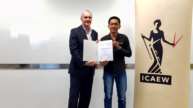 Bùi Đức Hải nhận chứng chỉ ICAEW CFAB từ ông Mark Billington - Giám đốc khu vực Đông Nam Á của ICAEW