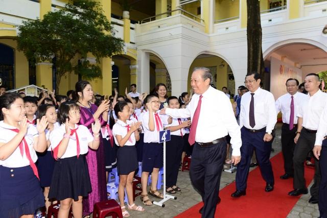 Chủ tịch Ủy ban ATGT Quốc gia, Phó Thủ tướng Chính phủ Trương Hòa Bình tham dự Lễ khai giảng và trao tặng mũ bảo hiểm cho các em học sinh