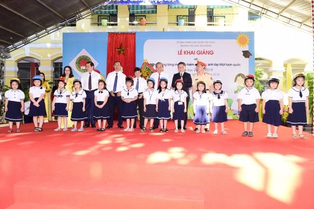 Đại diện các ban ngành cùng công ty Honda Việt Nam trao mũ cho các em học sinh tại trường Tiểu học Phù Đổng, thành phố Đà Nẵng