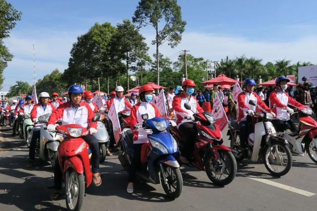 Đoàn viên thanh niên tỉnh Đồng Tháp tham gia hoạt động diễu hành hưởng ứng Lễ phát động