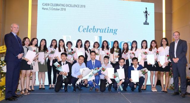 37 sinh viên Hà Nội đầu tiên đạt chứng chỉ quốc tế CFAB tại Việt Nam