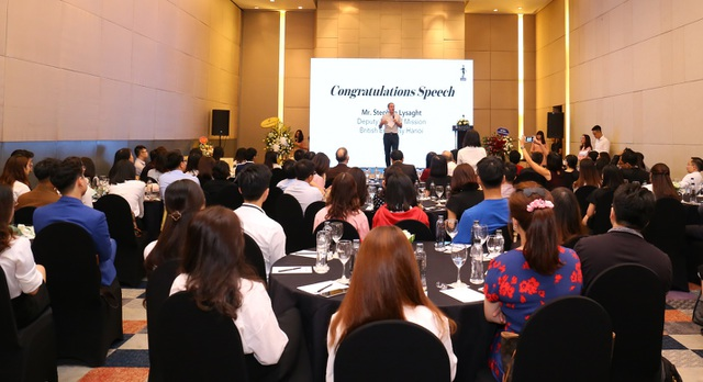 Phó đại sứ Anh tại Việt Nam Stephen Lysaght chúc mừng thành công của các học viên ICAEW đầu tiên tại Việt Nam